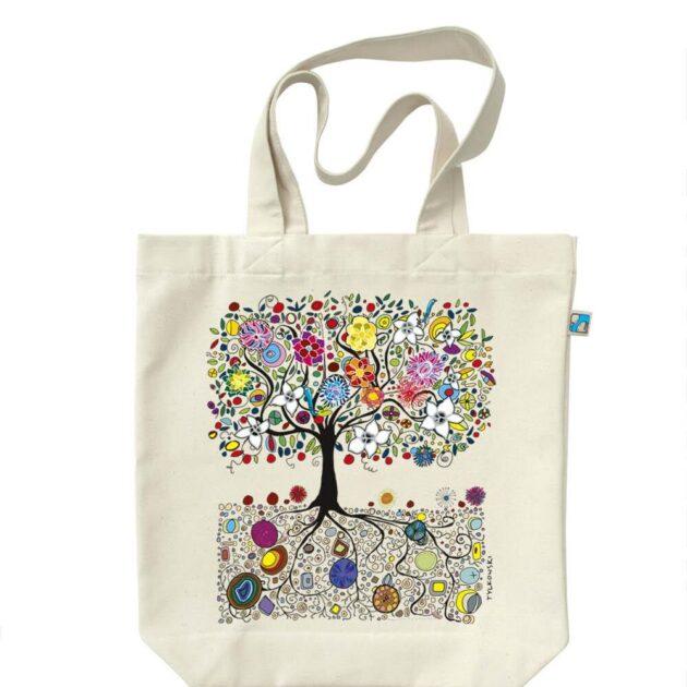 Το Δέντρο της Ευτυχίας Υπέροχη τσάντα από 100% βαμβάκι. Στην μπροστά πλευρά αποτυπώνεται με ζωηρά και έντονα χρώματα το δέντρο της ευτυχίας! Διαστάσεις 40 x 44 cm. Μια μεγάλη και οικολογική τσάντα,όχι μόνο για ψώνια. Το τύπωμα της τσάντα είναι σχέδιο του Andrzej Tylkowski.