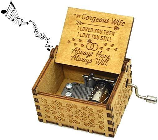Πόση μαγεία μπορεί να κρύβει ένα τόσο μικρό κουτί. Γυρίστε τη λαβή και απολαύστε την μελωδία You are my Sunshine .Ένα υπέροχο δώρο από τον σύζυγο στην σύζυγο.
