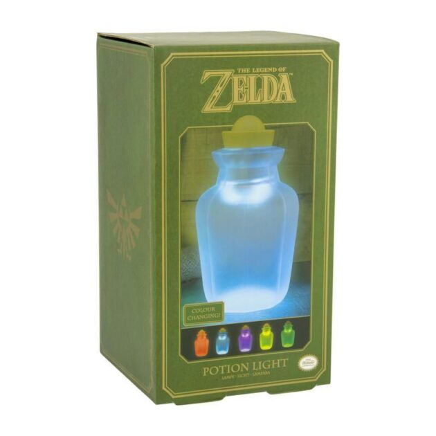Potion Jar Light Φωτίστε το δωμάτιό σας με αυτό το εμβληματικό The Legend of Zelda Potion Jar Light. Το φως μπορεί να είναι κόκκινο, μπλε, πράσινο, πορτοκαλί ή κίτρινο, και μπορεί επίσης να ρυθμιστεί σε αργή φάση μεταξύ των χρωμάτων. Οι Μπαταρίες δεν συμπεριλαμβάνονται στην συσκευασία. Επίσημο προϊόν από την Paladone.